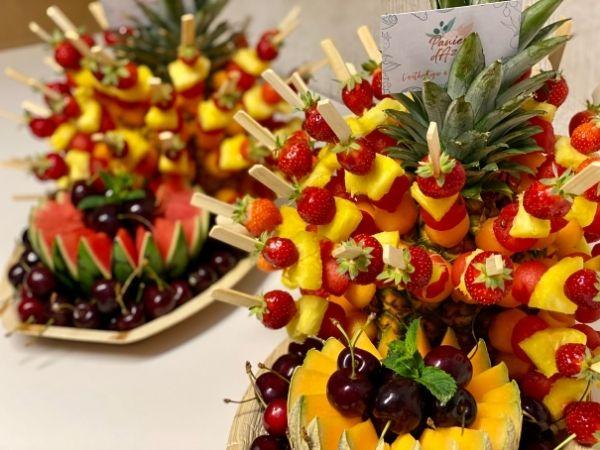 composition fruitée brochette et fruits tranchés
